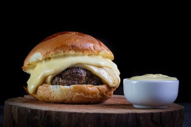 Close de hambúrguer com queijo e molho de mostarda