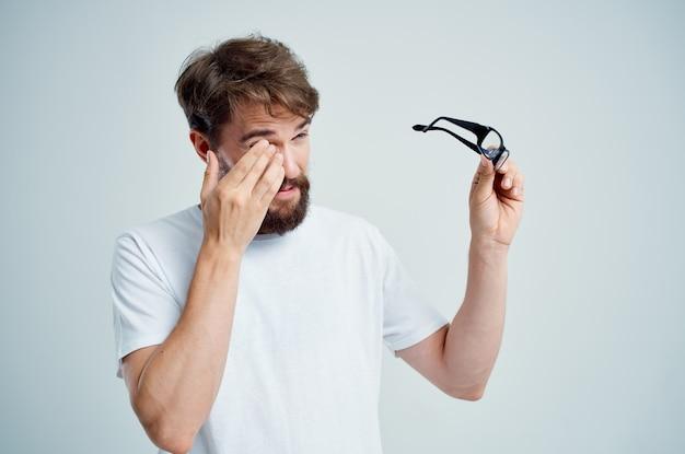 Close de homem com visão deficiente, problemas de saúde