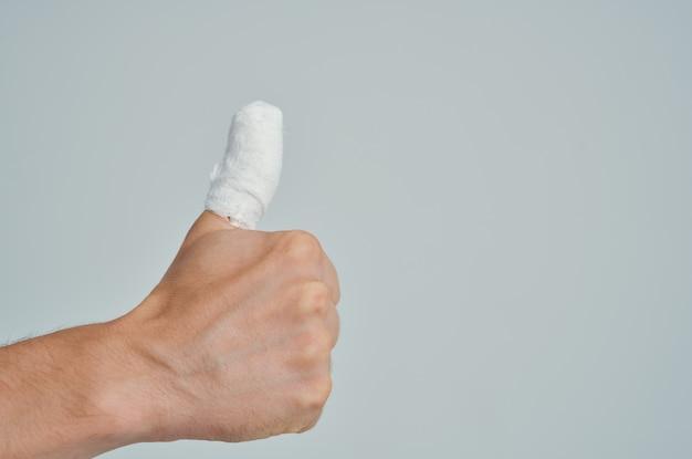 Close de hospitalização com ferimento no polegar enfaixado