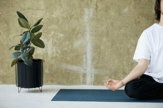 Close de ioga mudra com uma das mãos, espaço de cópia, atenção plena e concentração para a saúde corporal e mental