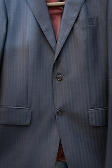 Close de jaqueta azul de seda com listras