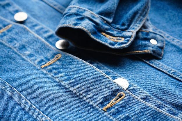 Close de jaqueta jeans feminina azul