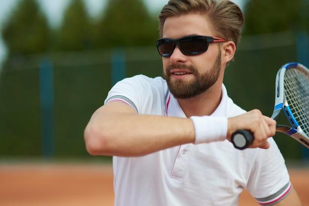 Close de jogador de tênis profissional