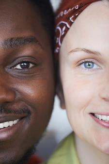 Close de jovem casal multirracial feliz sorrindo