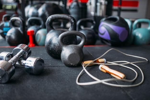 Close de kettlebells e halteres, equipamento desportivo