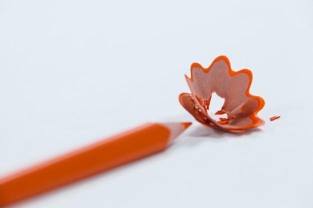Close de lápis laranja com aparas