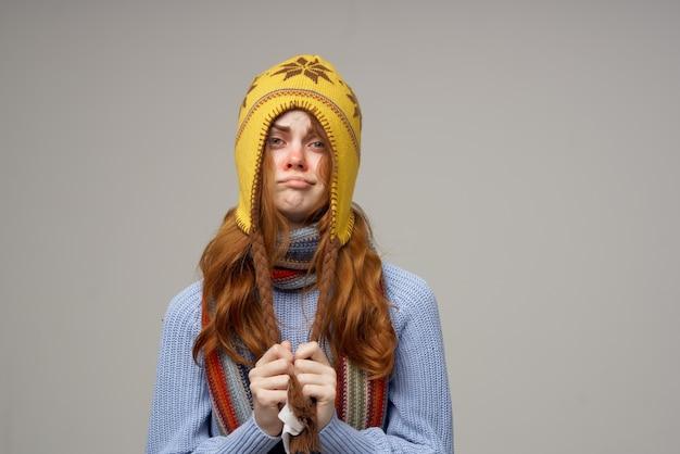 Close de lenço frio de mulher ruiva