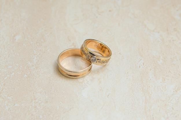 Close de lindas alianças de casamento