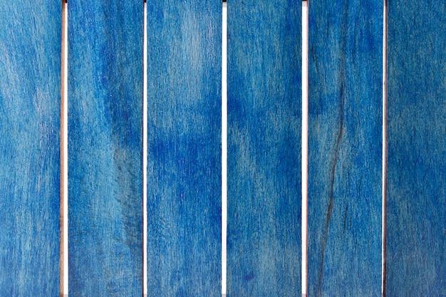 Close de listras azuis de madeira isoladas no fundo branco
