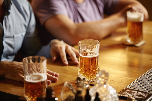 Close de litros de cerveja em bar