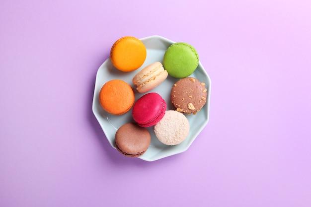 Close de macaroons franceses coloridos em caixa de presente