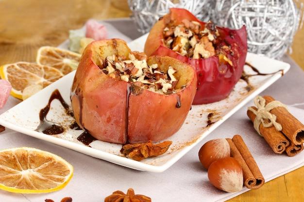 Close de maçãs assadas no prato