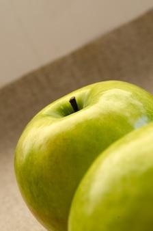 Close de maçãs verdes