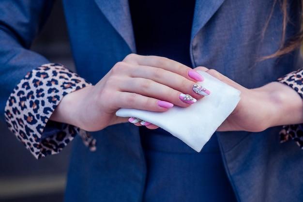 Close de mãos de um homem usando um lenço umedecido antibacteriano