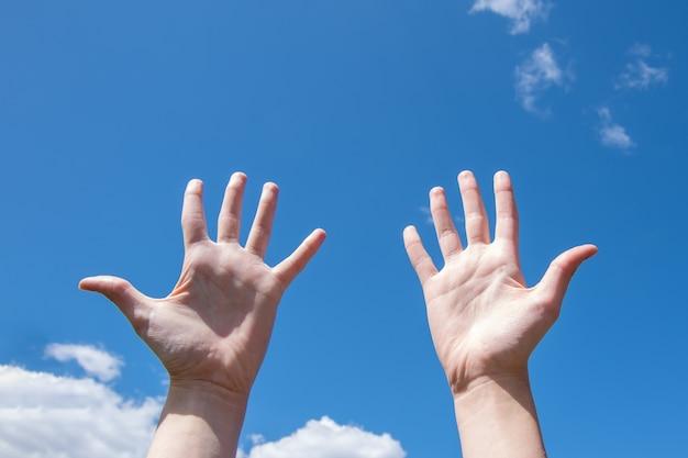 Close de mãos femininas, palmas abertas e vazias