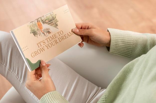 Close de mãos segurando panfletos