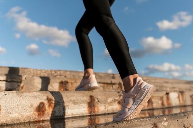 Close de mulher correndo na escada
