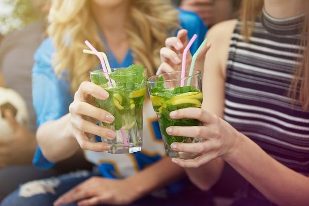 Close de mulheres com bebidas se divertindo