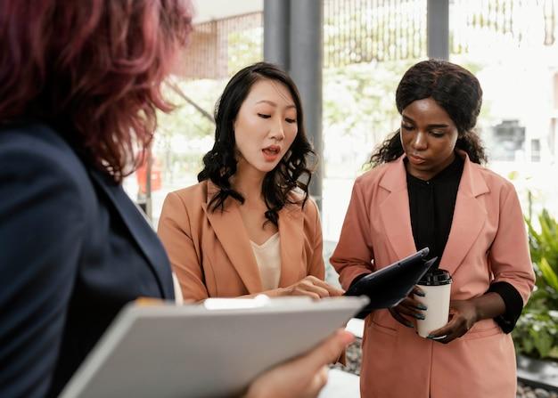 Close de mulheres discutindo trabalho