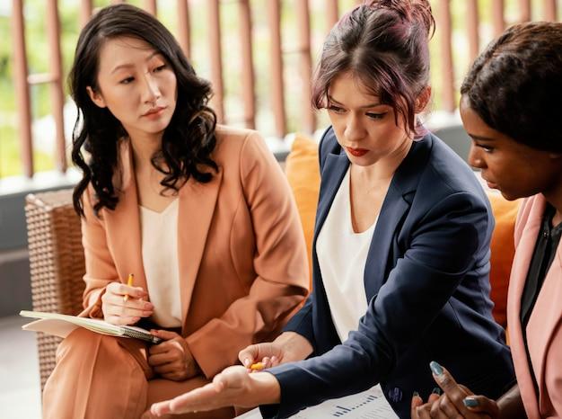 Close de mulheres discutindo