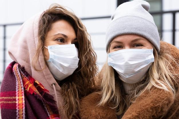 Close de mulheres usando máscaras