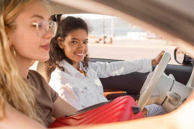Close de mulheres viajando de carro