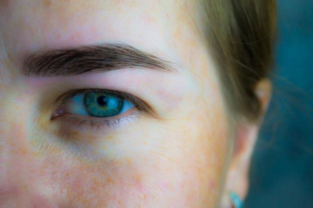 Close de olhos cansados de uma jovem