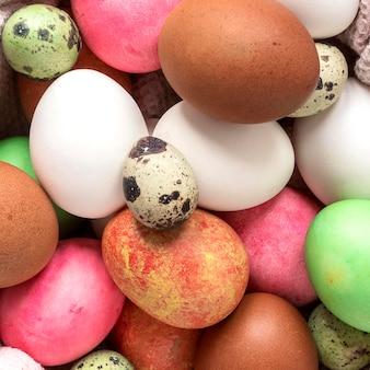 Close de ovos de páscoa coloridos sazonais