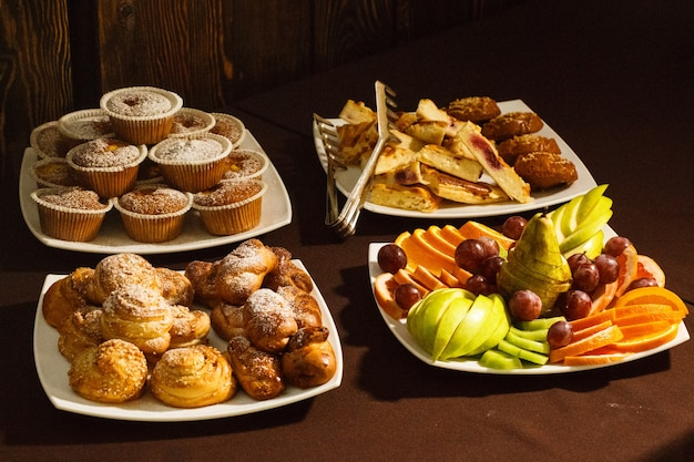 Close de pãezinhos, pãezinhos e frutas no café da manhã, almoço, jantar no restaurante do hotel, buffet