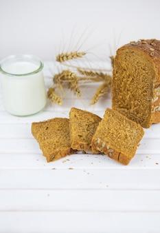 Close de pão de centeio fatiado em uma tábua de corte