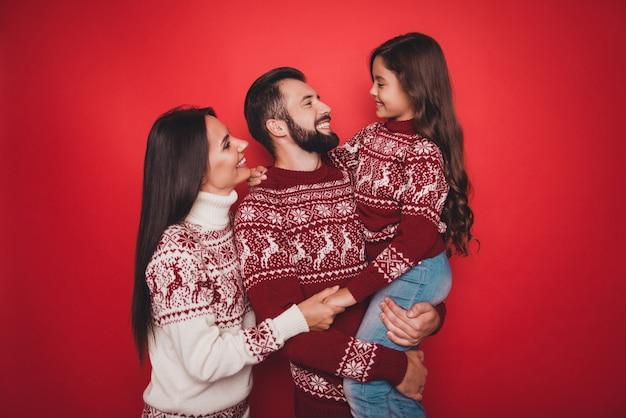 Close de parentes se unindo em lindos trajes tradicionais de tricô se abraçando