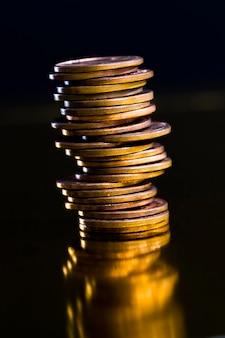 Close de pequenas moedas de cobre, moedas empilhadas em pilhas usadas para pagamentos no estado, moeda de um centavo dos eua como curso legal nos eua, uma moeda livremente conversível