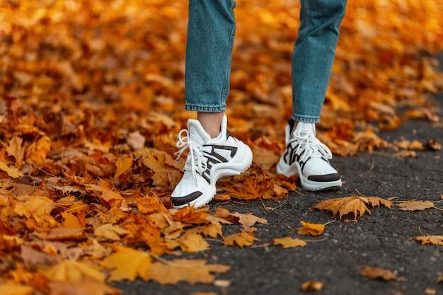 Close de pernas femininas em jeans da moda
