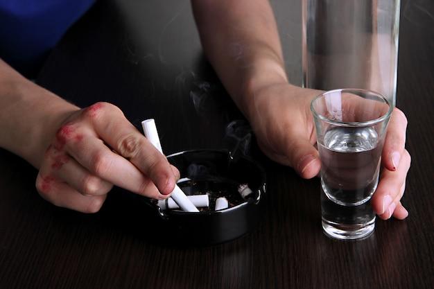 Close de problema de alcoolismo