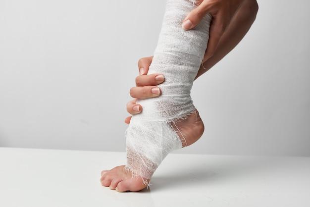 Close de problemas de saúde com ferimento na perna enfaixada