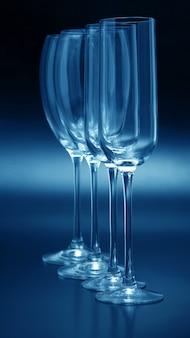 Close de quatro taças de vinho