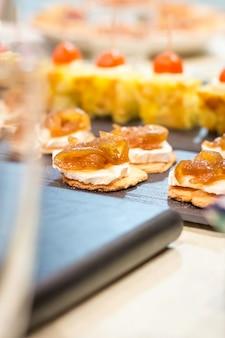 Close de queijo espanhol típico com pinchos de cebola caramelizada e tapas de omelete em um bar