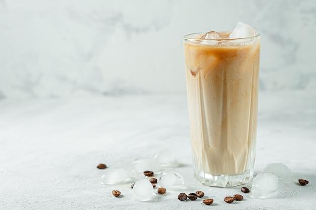 Close de refrescante frapê de café gelado
