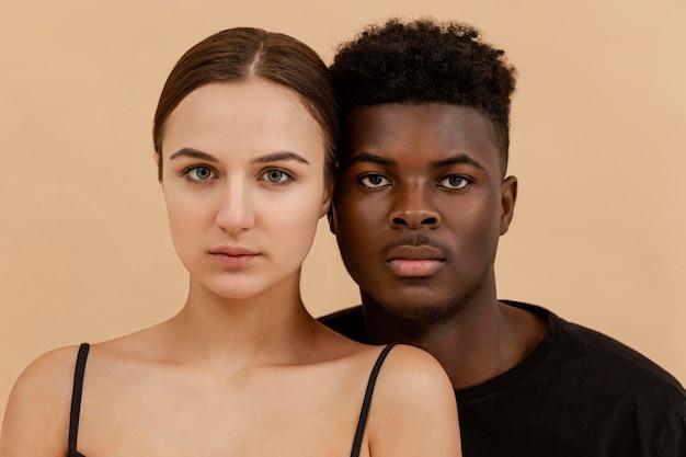 Close de retrato de casal inter-racial