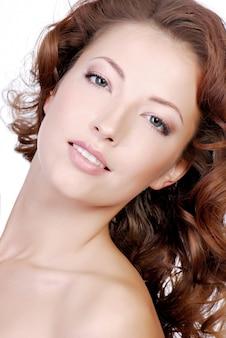 Close de rosto de mulher jovem com boa aparência