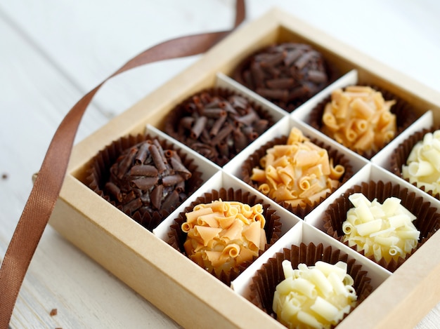 Close de saborosos bombons de chocolate
