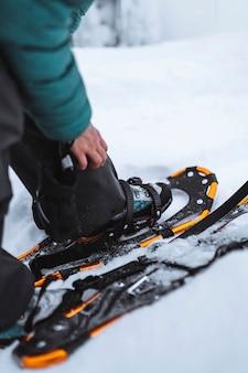 Close de sapatos de neve em um pico nevado