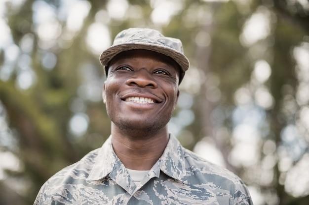 Close de soldado militar feliz no campo de treinamento