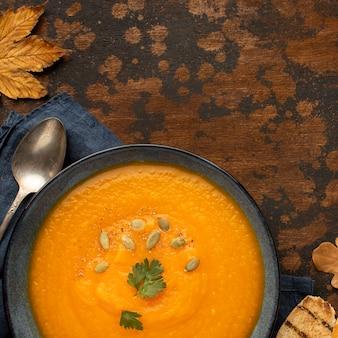 Close de sopa de abóbora com comida de outono