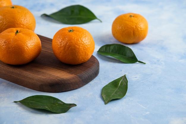 Close de tangerinas frescas de clementina com folhas