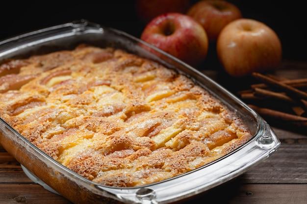 Close de torta de maçã recém-preparada em casa, foco seletivo