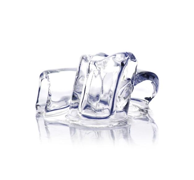 Close de três cubos de gelo sólido isolados no branco