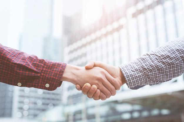 Close de um aperto de mão de um empresário entre dois colegas cumprimentando