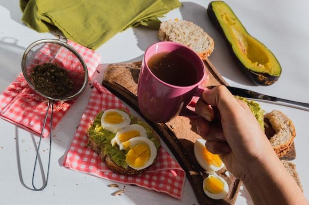 Close de um apetitoso café da manhã ao sol com ingredientes tropicais - mate costurado.