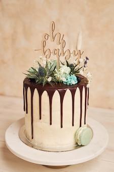 Close de um bolo delicioso com um topper